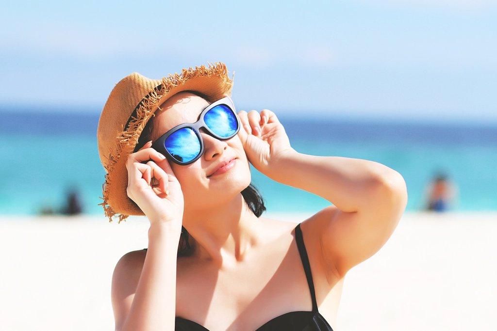 Protejerte del sol con gafas.